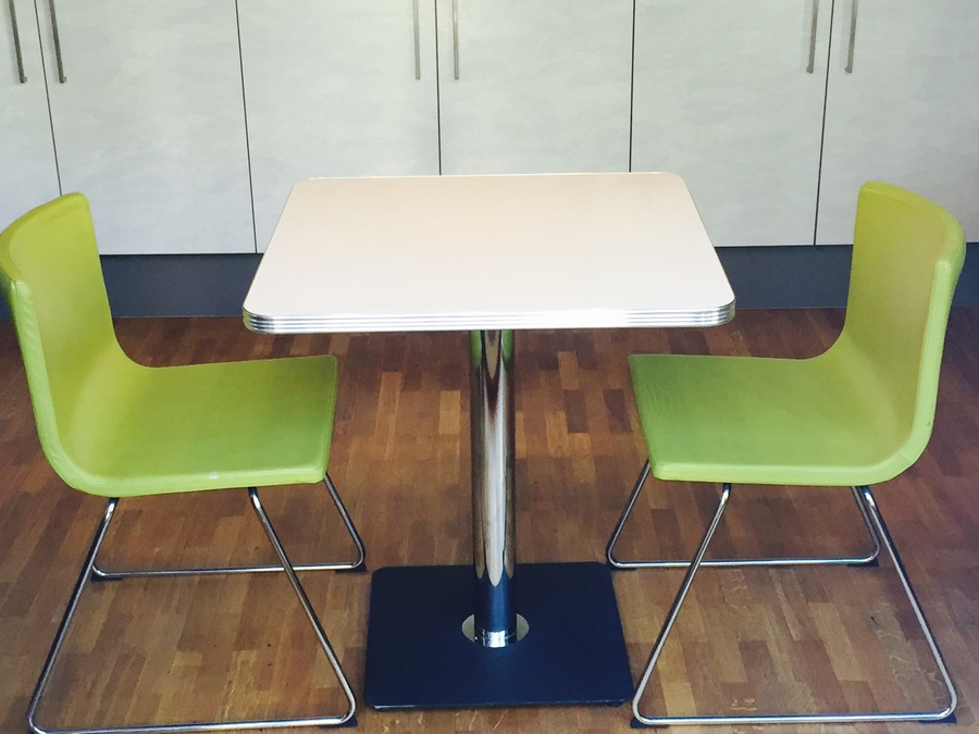 Zwei Stühle Bernhard von IKEA im apfelgrünen Retro Stil zu